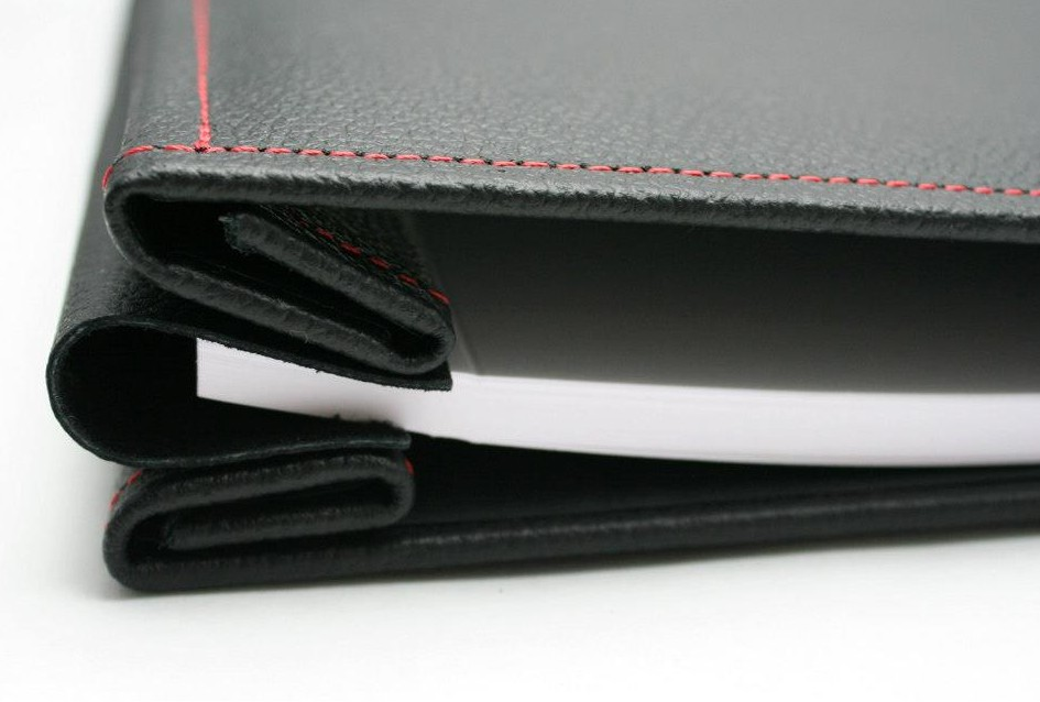 Afbeelding van Hahnemuehle Album Soft Cushion Zwart met rood stikwerk Leder 30x30cm art.nr. 99268